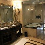 Baño estupendo con bañera (muy muy recomendable) y ducha