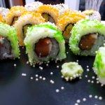 Uramakis de salmón dulce y langostinos... para chuparse los dedos o los palillos ;)