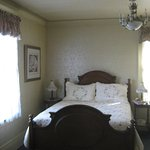 queen bed with bureau and en suite