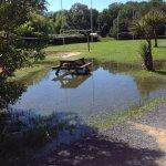 Trou dans le trampolines très dangereux et la zone de jeux est un vrai lac... La pluie n'excuse