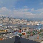Genova e il suo porto dalla Lanterna