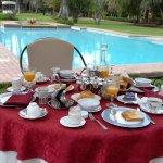 petit dejeuner, dejeuner et diner se font au bord de la piscine