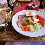 Kalter Schweinebraten mit Salat