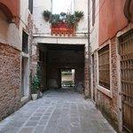 Desde el callejón de llegada ventana hall de habitaciones y puerta al canal de llegada en gondol