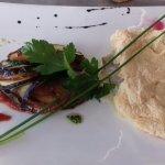 Poisson cuit en croûte de sel, petits légumes