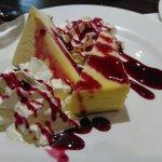 Q buenos postres, coulant negro con helado de vainilla y tarta de queso con salsa de frambuesa,