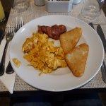 pollo, huevo sin jamón y papas-desayuno