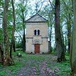 Accès à la chapelle dans le parc du château