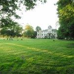 Le très grand parc verdoyant et paisible
