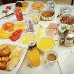Vale a pena desfrutar do café da manhã no quarto, sobrou comida até pro almoço. rs.