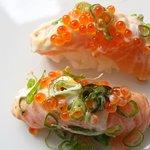Sizzling Nigiri - saumon, oeufs de lompe, mayonnaise et oignons jeunes