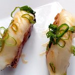 Sizzling Nigiri - Poisson blanc, sauce caramellisé et oignons jeunes
