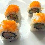 Maki - crevette tempura, avocat, oignons jeunes, concombre et sauce épicée