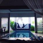 vue de la chambre sur la piscine privée le matin au réveil