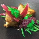 Poitrine de cochon confite, haricots verts et oignons rouges acidulés