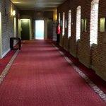 Couloir donnant sur des chambres