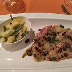 Kalbstafelspitz in einer Vinaigrette mit Kürbiskernen, warmer Kartoffel/Bohnensalat.