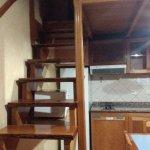 escalera hacia la planta alta donde se encuentran dos camas de una plaza