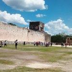 El Juego de Pelota, arriba el Templo de los Jaguares y a la derecha el Templo Sur