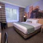 King Bed Room - This theme brings a part of the famous Brooklyn's Park Slope neighborhood to you
