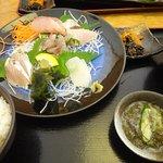 刺身定食、イカを一切れ食べて美味しかったので、その後に慌てて写しました。