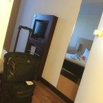 Photos prise en Mai 2017 - Hall de l'hôtel Ibis Roissy Pôle T3 et vue sur chambre