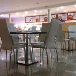 Большой зал кафе.
