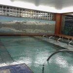 Spa del hotel poco concurrido con varias camas acuáticas fuera de la piscina