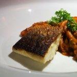 Lobina, arroz glaseado y calamares.