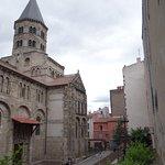 L'entrée sur cour de la basilique
