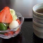 dessert du jour : fruits de saison, crème chantilly au thé vert