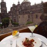 Gallinita al mole de mango, margarita de limón y la espléndida vista desde la terraza.
