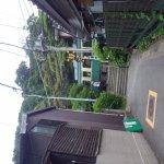 江ノ電が参道を横切る