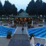 La piscine et le pool bar en soirée