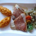 Rotbarschfilet im Chorizomantel, mit Fenchelgemüse, Safranrisotto und Limoncellosauce