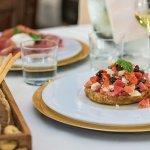 Frisella integrale alla greca con pomodorini, Feta, cetriolo fresco, olive, capperi e cipolla.