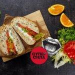 Сэндвич с диким лососем, намазкой из брынзы и апельсином