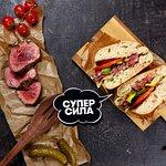 Сэндвич с ростбифом, сыром чеддер и овощами