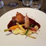 Le filet de pigeon cuit rosé, la cuisse confite, foie gras de canard rôti, pomme de terre 50/50,