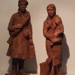 Treffend beeld bij de ingang van het museum