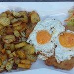 Schnitzel mit Ei und Bratkartoffeln