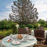Gemütliches Frühstück auf unserer Terrasse servieren wir gerne