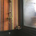 下降浴缸前的馬賽克牆