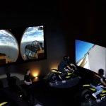 vue des simulateurs de course de moto et de combat aérien