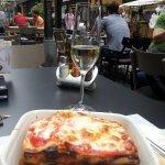Lasagne met een glas prosecco