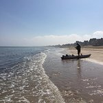 Plaisir de la pêche sur la plage de Lion sur mer