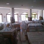 L'une des salles à manger, celle en façade sur la mer