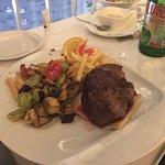 Steak mit Pommes und Gemüse