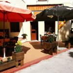 Διαθέτουμε εσωτερικό χώρο, αλλά και μια όμορφη μικρή αυλή όπου μπορείτε να απολαύσετε το φαγητό