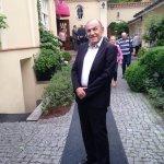 יצחק לוי חתן השמחה בכניסה למסעדת רוזנה